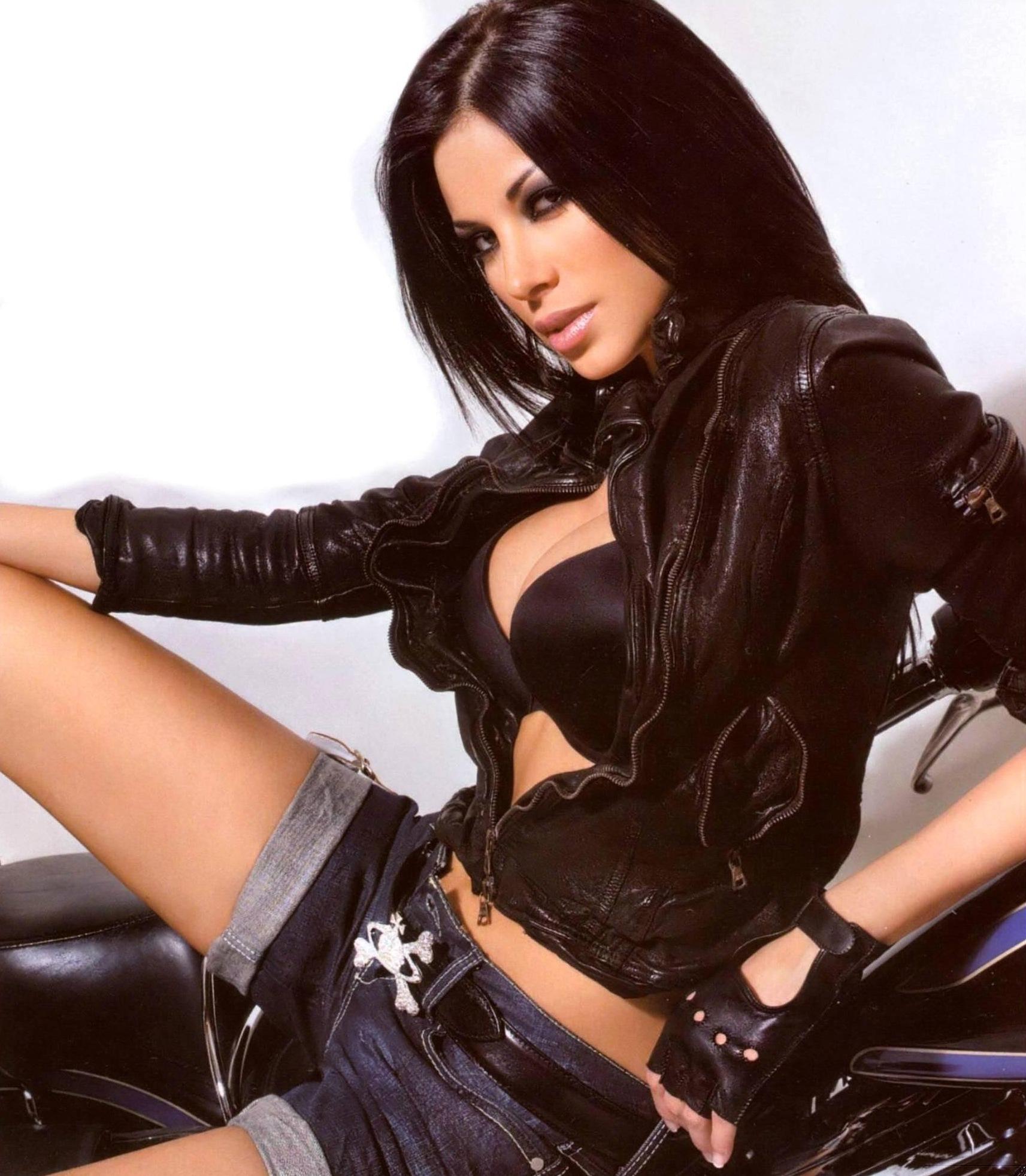 Красивые возбужденные девушки в кожаных сексуальных куртках фото