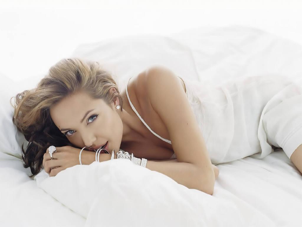 Красивая эротика девушек на кровати перестала осыпать