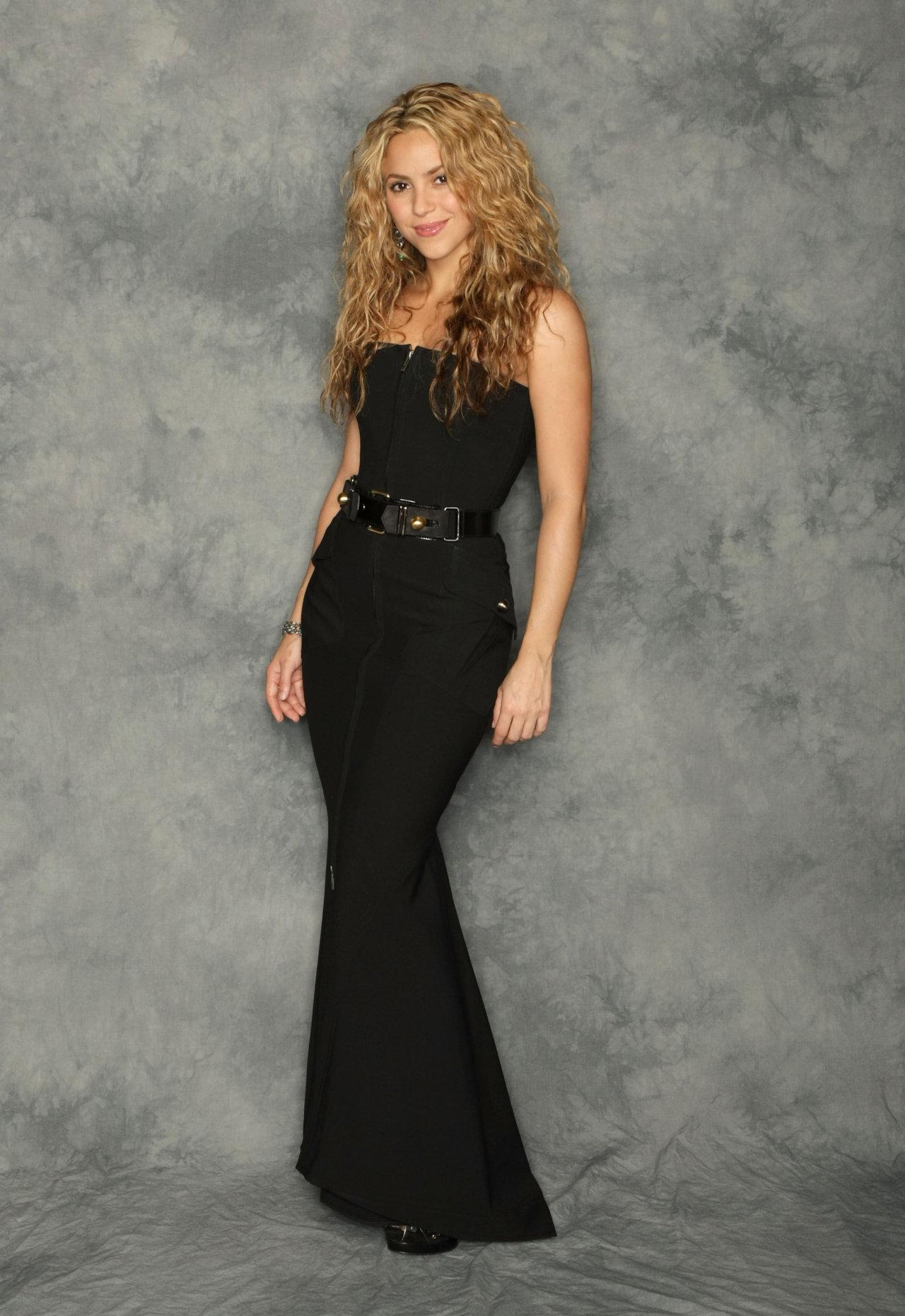 Шакира в длинном платье